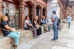 Katmandu Nepal - September 20, 2016: Turister med nepalesisk lo Royaltyfri Fotografi