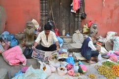 Katmandu, Nepal, septiembre, 27,2013 Escena de Nepaly: Vegetobles de la venta de los hombres oh el sureet cerca del templo del an imagen de archivo libre de regalías