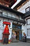 Katmandu, Nepal, septiembre, 27, 2013, escena del Nepali: Dios del mono - Hanuman guarda la entrada a Royal Palace viejo, Hanuma fotografía de archivo