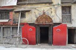 Katmandu, Nepal, septiembre, 27, 2013, escena del Nepali: nadie, la entrada con símbolos budistas imagen de archivo