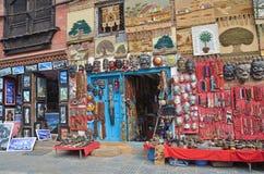 Katmandu, Nepal, septiembre, 29, 2013, escena del Nepali: venta por los souvenires en el complejo budista de Swayambhunath Imágenes de archivo libres de regalías