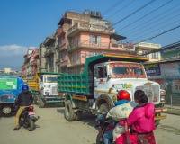 KATMANDU NEPAL - 11/13/2017: Trafik för upptagen gata royaltyfri fotografi