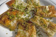 Katmer turco tradicional da sobremesa com o pistache na placa fotos de stock