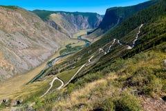 Kato-Yaryk Pas, lange afdaling aan de vallei van de Chulyshman-Rivier, Altai-Republiek, Rusland stock fotografie