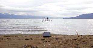 Katod Ray Tube på stranden av sjön Prespa i macedonia Oljetrumma och världsöversikt arkivbilder