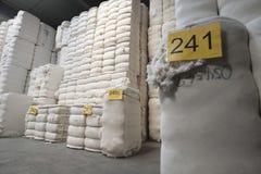 Katoen in het Spinnen van Fabriek wordt gestapeld die  royalty-vrije stock fotografie