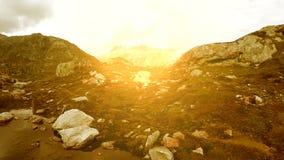 Katoenen gebied rond van het het landschapslandschap van het bergmeer vreedzame de aardachtergrond stock video