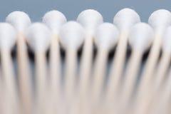 Katoenen knop houten stok of katoenen zwabber stock afbeelding