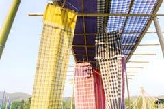 Katoenen stoffen Thaise die stijl als dak voor decoratie wordt gebruikt stock fotografie
