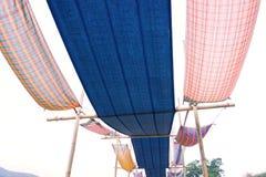 Katoenen stoffen Thaise die stijl als dak voor decoratie wordt gebruikt stock afbeeldingen