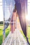 Katoenen stoffen Thaise die stijl als gordijn voor decoratie wordt gebruikt stock foto's