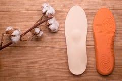 Katoenen tak en orthopedische binnenzolen op een houten lijst stock foto