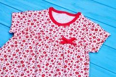 Katoenen van het zuigelingsmeisje kleding met een boog Royalty-vrije Stock Afbeelding