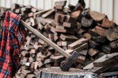 Katoenflanel het hangen van bijl in houtblok dat wordt geplakt Royalty-vrije Stock Foto's
