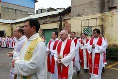 Katoliccy duchowieństwa stać w kolejce wchodzić do kościół zdjęcie stock