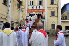 Katoliccy duchowieństwa stać w kolejce wchodzić do kościół zdjęcia stock