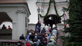 Katoliccy ludzie na schodkach kościelny wejście zbiory wideo