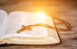 Katoliccy różanów koraliki, biblia i Zdjęcie Royalty Free