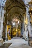 Katolicism medeltida arkitektoniska bågar inom domkyrkan arkivbild