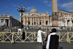 Katolicka magdalenka pozuje w przodzie Świątobliwa Peter bazylika wewnątrz Zdjęcia Stock