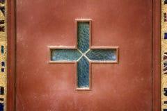 Katolik glazurujący krzyż na Kościelnym drzwi obraz royalty free