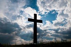 Katolik przecinająca sylwetka przy zmierzchem, dramatyczne burz chmury zdjęcie stock