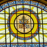 Katoliken stämmer målat glassSt Stephens Cathedral Budapest Hungary Arkivfoton