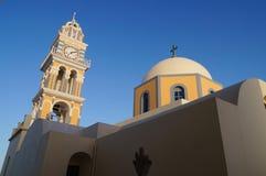 Katolsk domkyrka med kupolen och klockstapeln, Santorini, Grekland royaltyfria foton