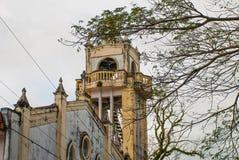 Katolsk domkyrka på bakgrunden av trädfilialer i Filippinerna Pandan Panay royaltyfri fotografi
