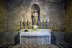 Katolsk domkyrkainre. Salong de Provence. royaltyfri foto