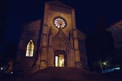 Katolsk kristen kyrka på natten Gotisk arkitektur crimea yalta arkivfoto