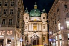 Katolsk kyrka av St Peter i Wien under vintern arkivbilder