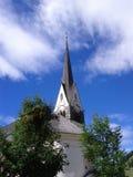 Katolsk kyrka i berg Arkivfoto