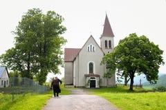 Katolsk kyrka i byn arkivfoto