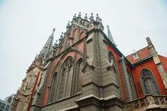 Katolsk kyrka i den gotiska stilarkitekturen Arkivfoton