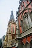 Katolsk kyrka i den gotiska stilarkitekturen Arkivfoto