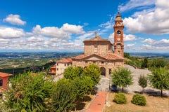 Katolsk kyrka i liten italiensk stad Arkivbilder