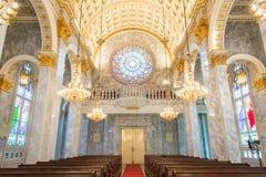 katolsk kyrka inom interior Royaltyfria Bilder