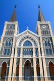 Katolsk kyrka och blå sky arkivbilder