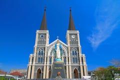 Katolsk kyrka och blå sky fotografering för bildbyråer