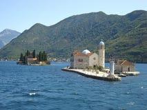Katolsk kyrka på vattnet i havsfjärden (Montenegro) Royaltyfria Bilder
