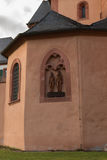Katolsk kyrkasymbol i vägg Royaltyfri Bild