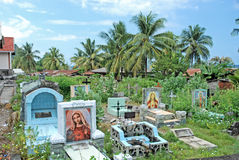 Katolsk kyrkogård med gravestones, Indonesien Royaltyfria Bilder