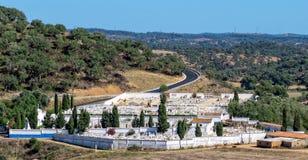 Katolsk kyrkogård nära liten stad Royaltyfri Bild