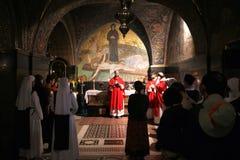 Katolsk mass på de 11th stationerna av korset i kyrkan av den heliga griften jerusalem Royaltyfri Bild