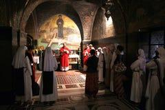 Katolsk mass på de 11th stationerna av korset i kyrkan av den heliga griften jerusalem Arkivfoton