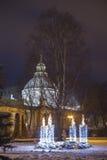Katolska Adventstearinljus i vinter och jultid i den Daugavpils staden Arkivbild