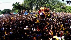Katolska fantaster konvergerar under procession av den svarta nazarenen stock video