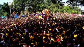Katolska fantaster konvergerar under procession av den svarta nazarenen arkivfilmer