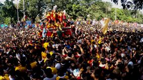 Katolska fantaster svärmer under procession av den svarta nazarenen arkivfilmer